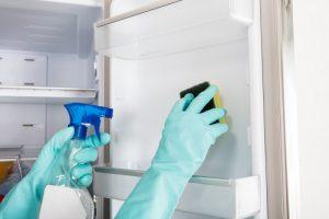 Hvornår har du sidst gjort køleskabet rent? Kom bakterierne til livs med 5 nemme trin